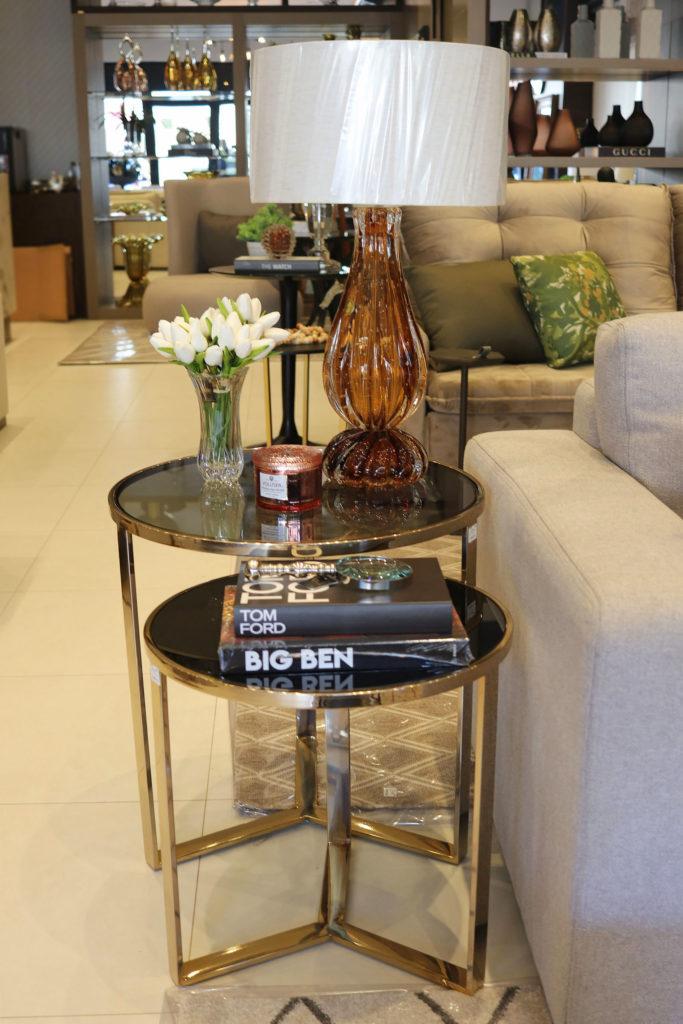 Mesas laterais com abajur em cristal Murano e vela VoluSpa