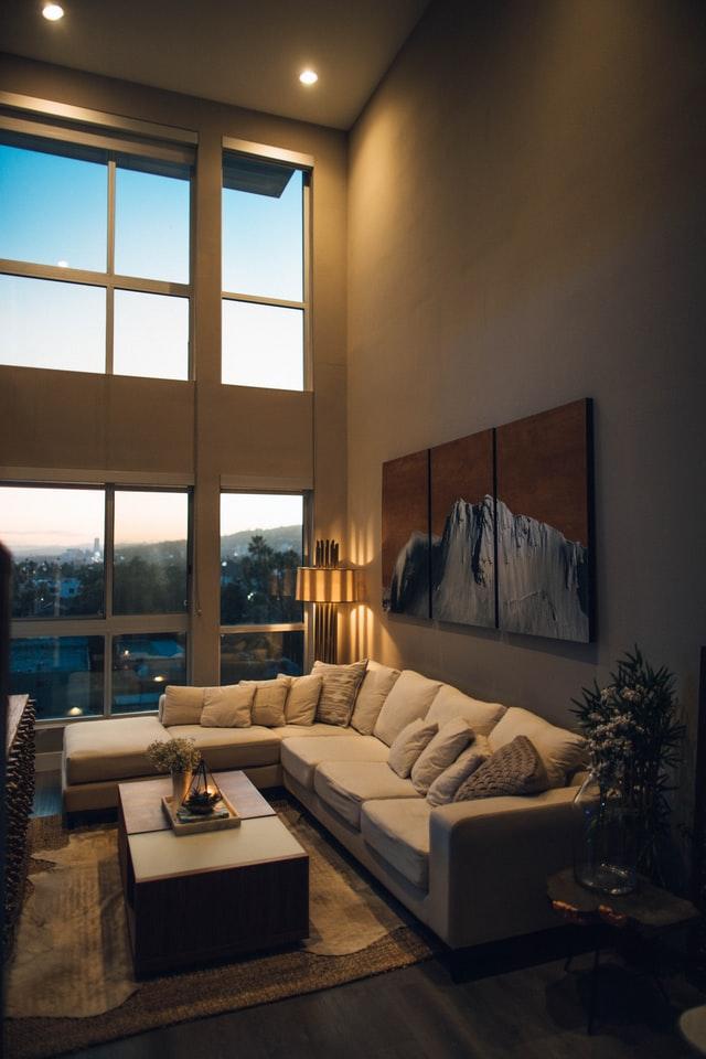 Sala de estar ao entardecer - Luminária de apoio auxilia boa visibilidade no local